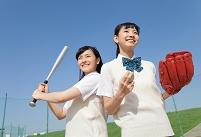 野球をする女子高校生