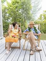 デッキチェアに座るシニア夫婦