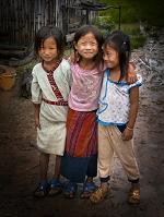 ラオス北部 ムアンシン近郊の村の少女ら