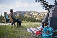 キャンプ場から眺めを楽しむ家族