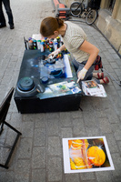 ポーランド 路上スプレーアートをする女性