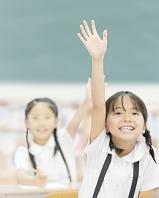 手を上げる日本人の小学生