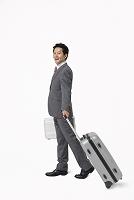 スーツケースを持つ日本人ビジネスマン