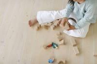 リビングで木のおもちゃで遊ぶ子供の手元