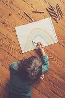 虹の絵を描く女の子