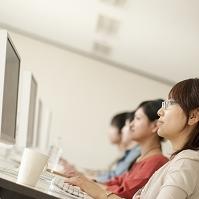 パソコンを操作する大学生の横顔