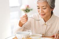 食事をするシニア日本人女性患者