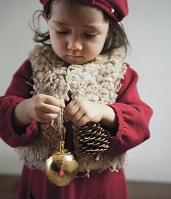 クリスマスオーナメントを持つ子供