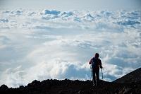 富士山 山頂から下山する登山者